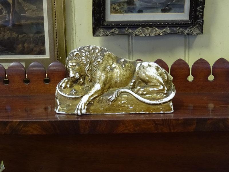 Gilt porcelain lion 'Eneret